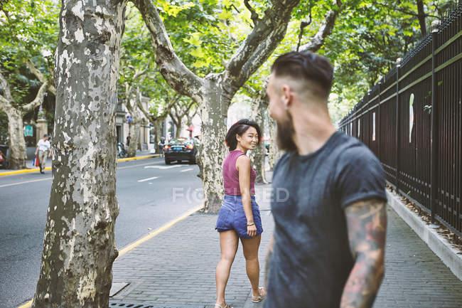 Junge männliche Hipster und Frau Rückblick auf Bürgersteig, Shanghai French Concession, Shanghai, China — Stockfoto