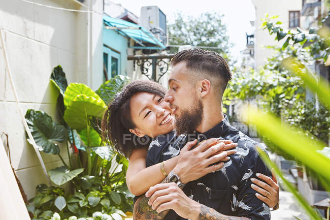 Multi ethnic couple in residential alleyway, Shanghai French Concession, Shanghai, China — Stock Photo