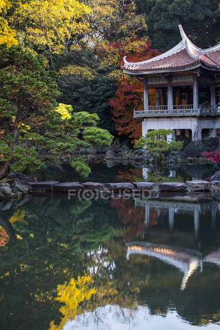 Traditional teahouse, Shinjuku Gyoen National Garden, Tokyo — Photo de stock