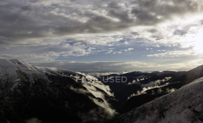 Живописный вид на горы и пасмурное небо, Фэгэраш, Брашов, Румыния, Европа — стоковое фото