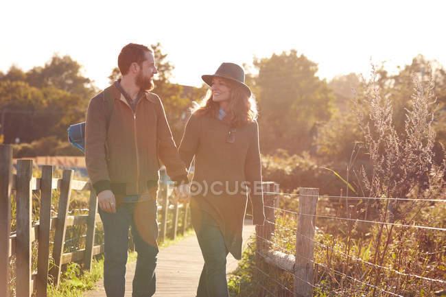 Casal desfrutando de andar em pântanos — Fotografia de Stock