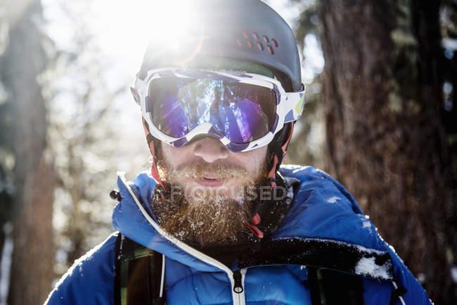 Portrait rapproché du snowboarder en lunettes de ski — Photo de stock