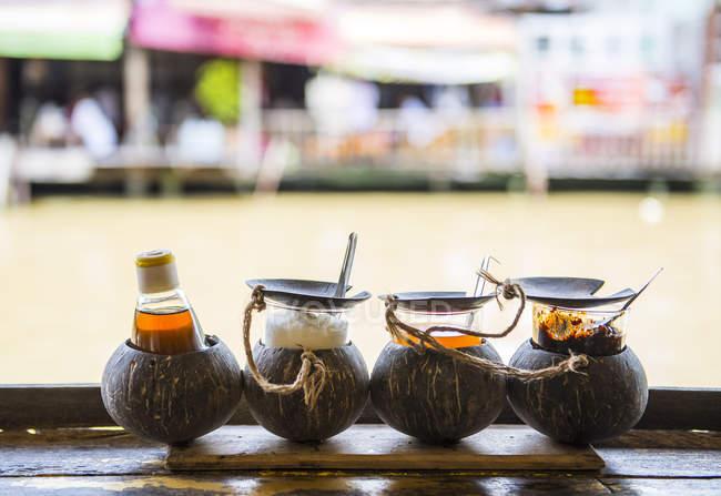 Gewürze für thailändisches Essen auf dem schwimmenden Markt, Amphawa, in der Nähe von Bangkok — Stockfoto