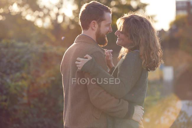 Casal dança lenta ao ar livre — Fotografia de Stock