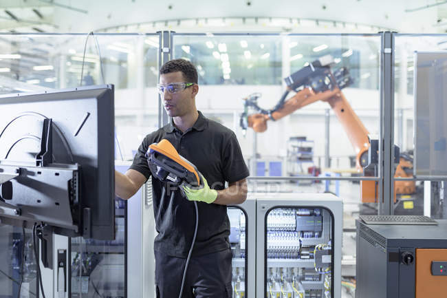 Ingénieur de programmation robot dans les installations de recherche robotique — Photo de stock