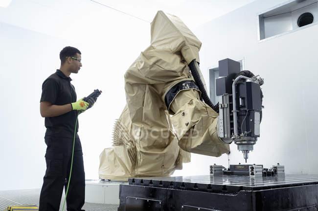 Ученик робототехника инженер с робот Робототехника научно-исследовательский центр — стоковое фото