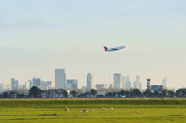 Décollage d'un avion depuis l'aéroport de La Haye, Rotterdam, Hollande-Méridionale, Pays-Bas, Europe — Photo de stock