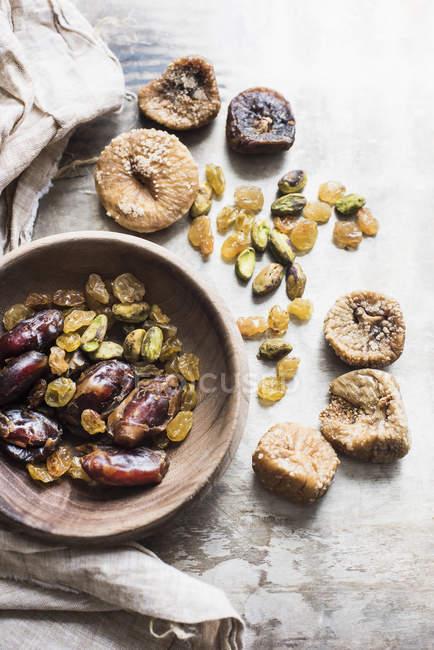 Vue de dessus de savoureux fruits secs méditerranéens sains dans un bol — Photo de stock