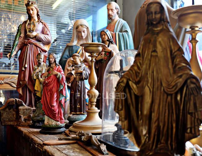 Figuras religiosas aparecen en la tabla - foto de stock