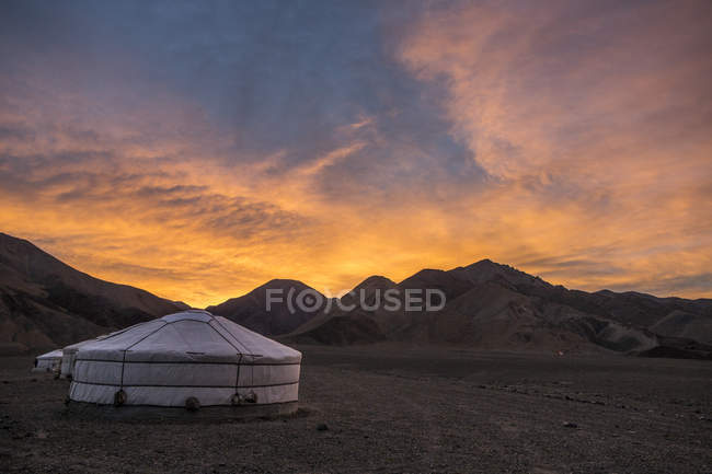 Vue panoramique d'yourtes dans les montagnes de l'Altaï au lever du soleil, Hovd, Mongolie — Photo de stock