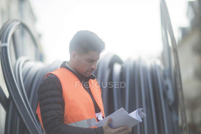 Портрет инженера дорожного строительства с бумагами, Ганновер, Германия — стоковое фото