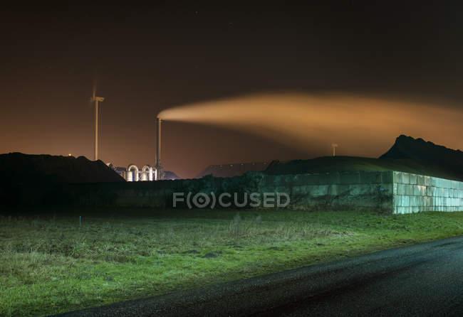 Camino, turbina eolica e carbone nella zona portuale di Eemshaven, Delfzijl, Groningen, Paesi Bassi — Foto stock