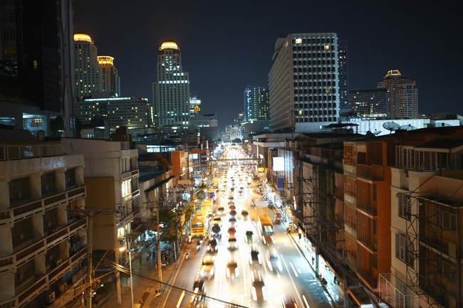 Tráfego da estrada da cidade com Skyline da arranha-céus na noite, Banguecoque, Tailândia — Fotografia de Stock