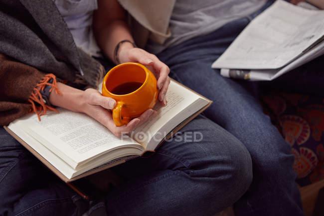 Пара читання разом в домашніх умовах — стокове фото