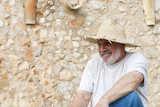 Ritratto di uomo anziano, all'aperto, con cappello di paglia — Foto stock