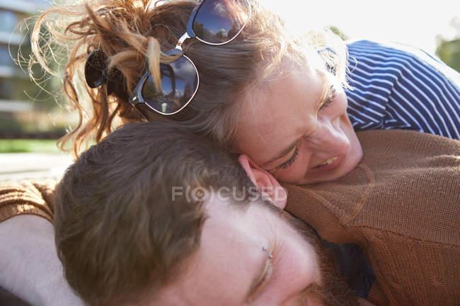 Пара лежащих на крыше шлюпки — стоковое фото
