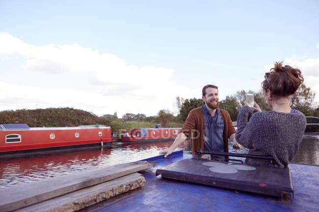 Casal tirando foto no barco do canal — Fotografia de Stock