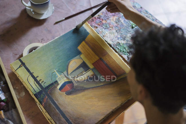 Male artist painting on canvas in artist studio — Stock Photo