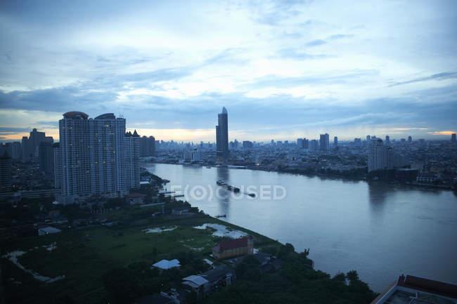 Arquitectura da cidade do alvorecer com Rio de Chao Phraya, Banguecoque, Tailândia — Fotografia de Stock
