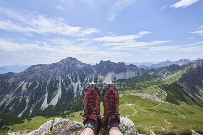 Личная перспектива женских сапог для пеших походов над долиной в горах Танхейма, Тироль, Австрия — стоковое фото