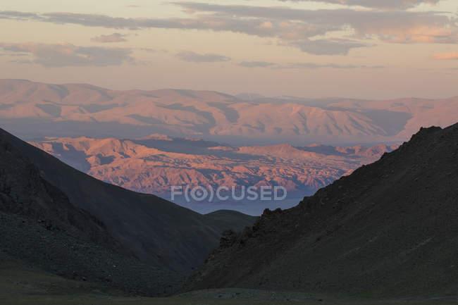 Vue panoramique des montagnes de l'Altaï au lever du soleil, Hovd, Mongolie — Photo de stock
