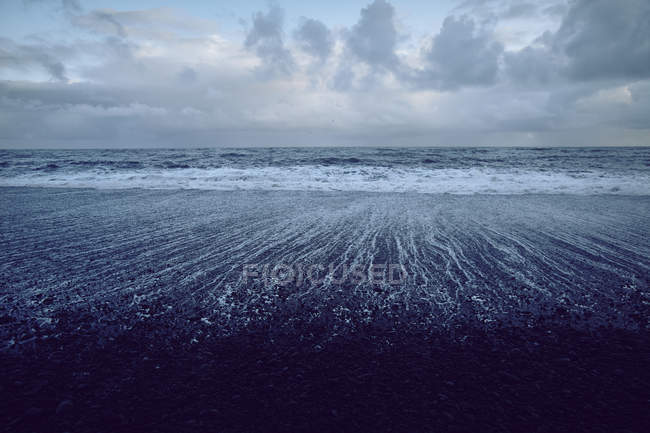 Spiaggia di sabbia nera, Akureyri, Eyjafjardarsysla, Islanda — Foto stock