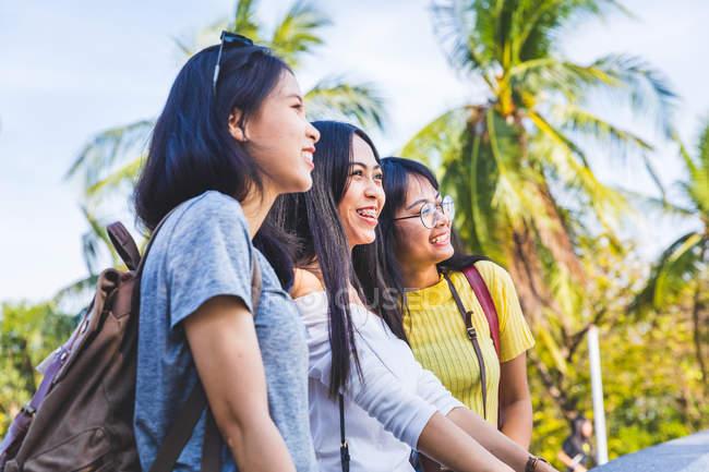 Друзі прогулянки і визначні місця в парку, Бангкок, Таїланд — стокове фото