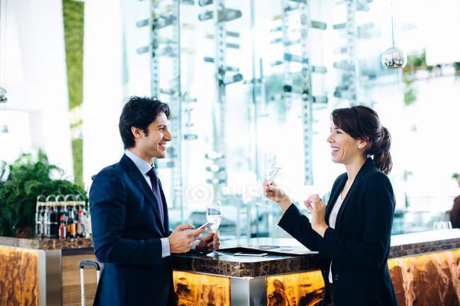 Unternehmer und Unternehmerin mit Drink in Bar — Stockfoto