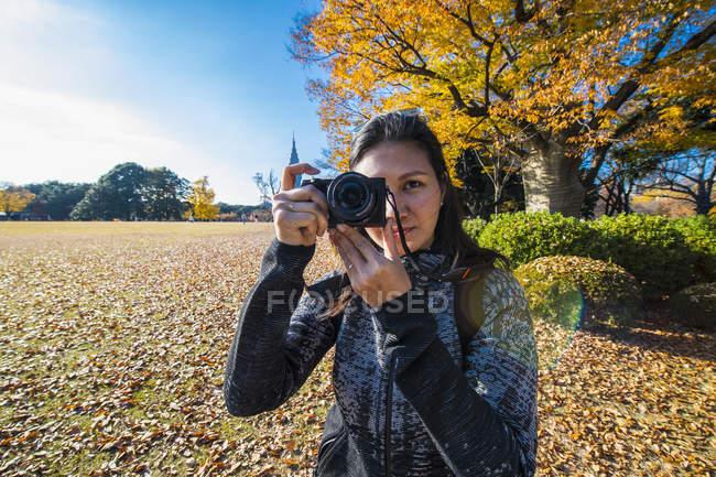 Femme asiatique, prendre des photos avec l'appareil photo numérique, jardin National Shinjuku Gyoen, Tokyo — Photo de stock