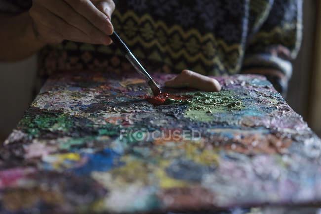 Крупним планом чоловічого художник змішування олійних фарб на палітрі — стокове фото