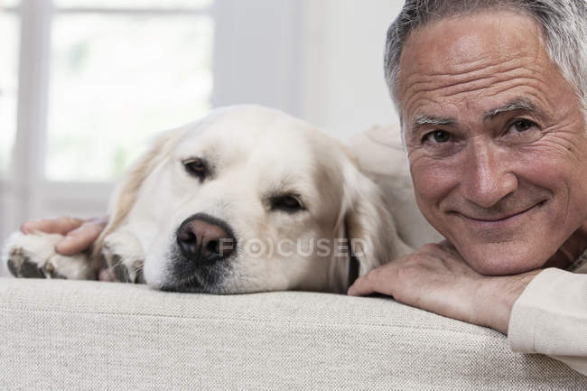 Portrait de l'homme et de golden retriever, regardant la caméra — Photo de stock