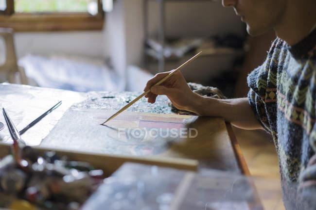 Чоловічий художник живопис на полотні художника студії — стокове фото