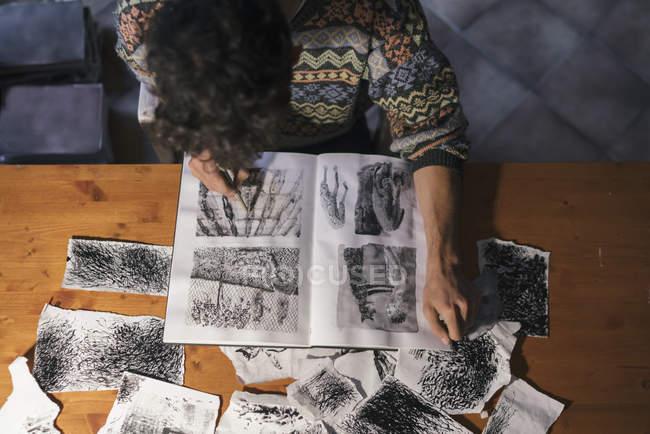 Vue aérienne du dessin d'artiste masculin dans le carnet de croquis — Photo de stock