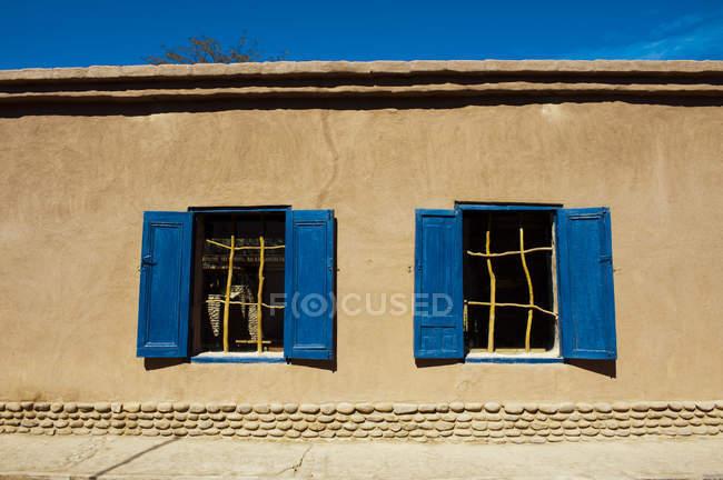 Due finestre con vecchie persiane in legno nella vecchia casa — Foto stock