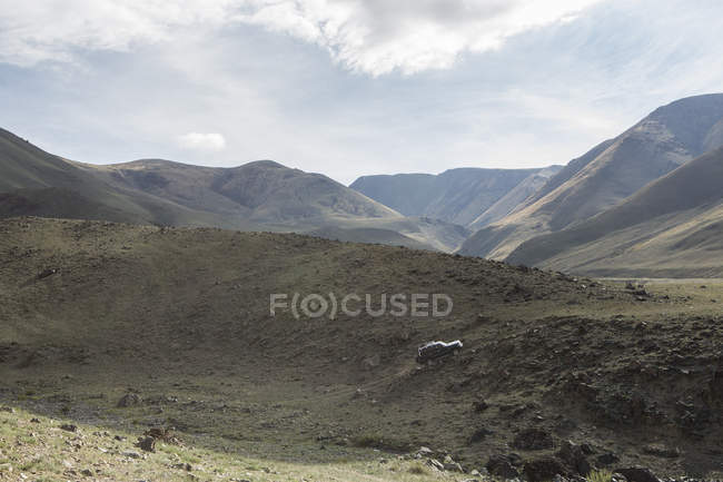 Off road vehicle moving up steep slope, Altai Mountains, Khovd, Mongolia — Stock Photo