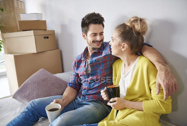 Young couple at home drinking coffee — Stock Photo