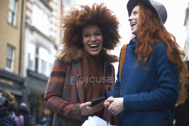 Duas jovens mulheres rindo na rua — Fotografia de Stock
