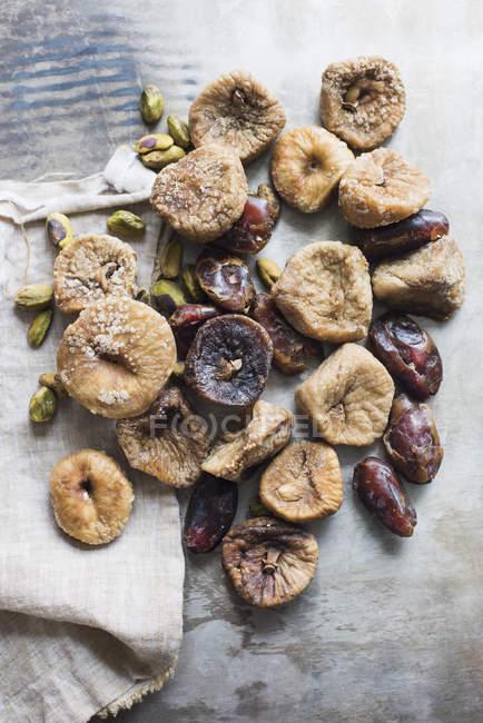 Vue de dessus de fruits séchés et de noix sur le dessus de table — Photo de stock