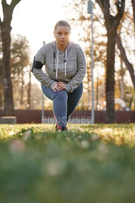 Portrait de la plantureuse jeune femme formation dans parc — Photo de stock