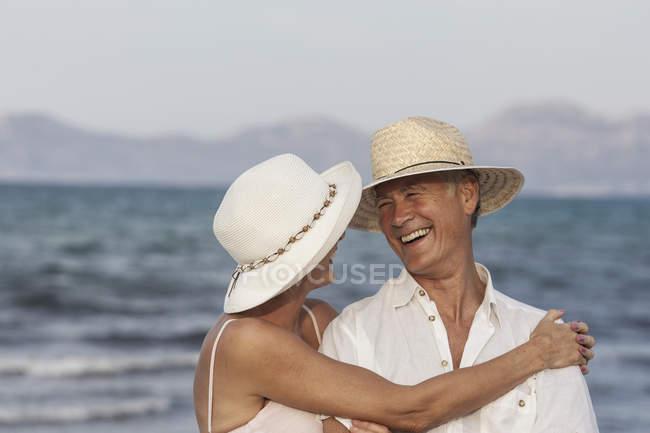 Abraços de casal na praia, Palma de Maiorca, Espanha — Fotografia de Stock