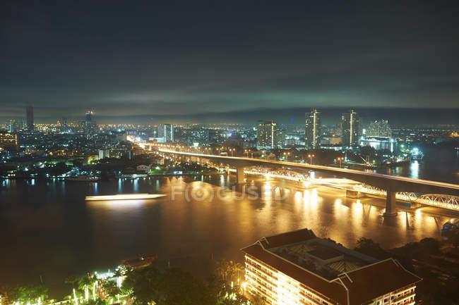 Arquitectura da cidade da noite com ponte sobre o Rio de Chao Phraya, Banguecoque, Tailândia — Fotografia de Stock