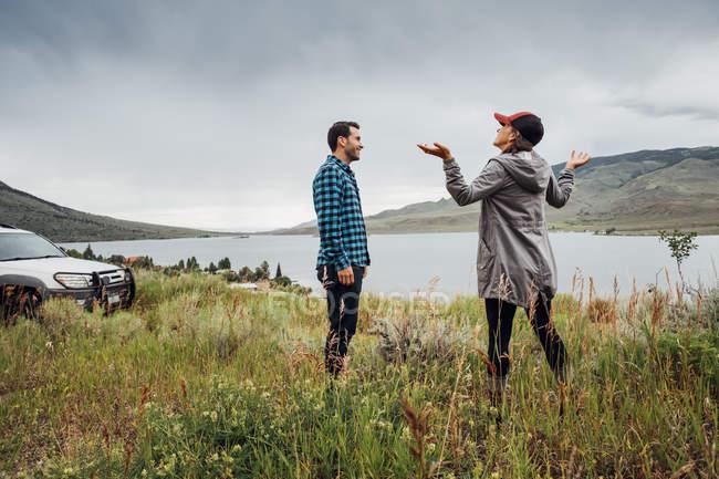 Пара стояли біля Діллон водосховище, Silverthorne, Колорадо, США — стокове фото