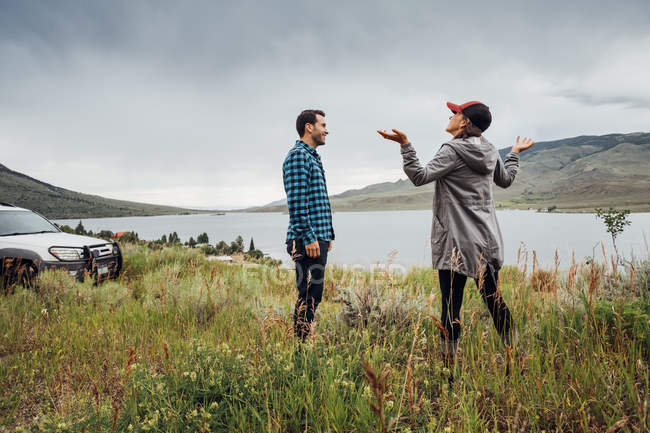 Пара стоя рядом Dillon водохранилище, Silverthorne, Колорадо, США — стоковое фото