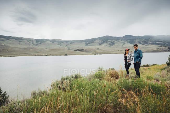 Пара ходьба поблизу Діллон водосховище, Silverthorne, Колорадо, США — стокове фото
