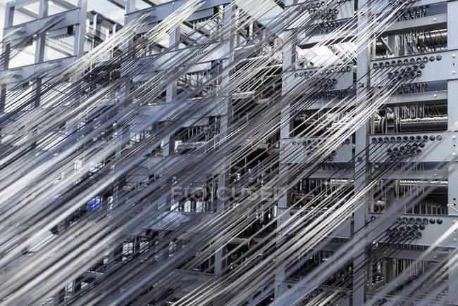 Carbon Faser Gewinde am Webstuhl in Kohlenstoff-Faser-Produktionsstätte — Stockfoto