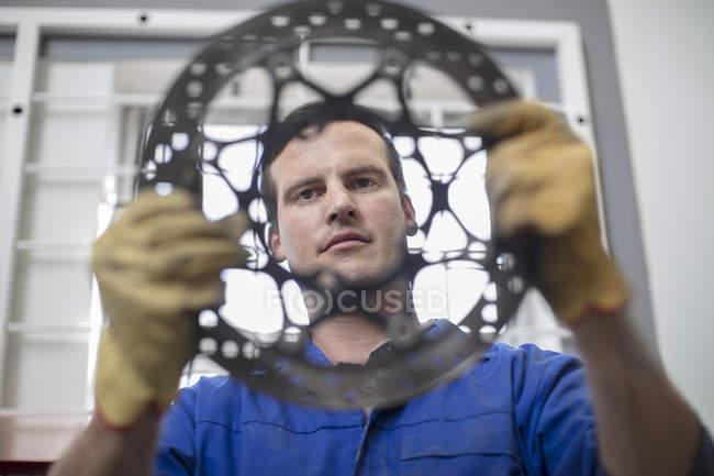 Механік оглядають кругової автомобіля участь в ремонт гаража — стокове фото