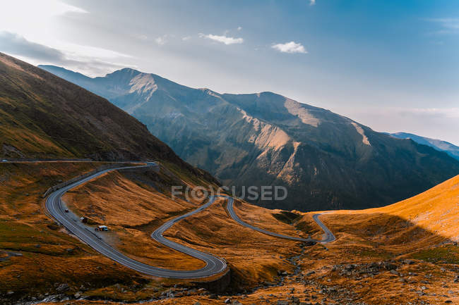 Estrada de vale de montanha com curvas, Draja, Vaslui, Romania — Fotografia de Stock