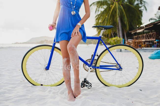 Jeune femme à vélo sur la plage de sable fin, Krabi, Thaïlande — Photo de stock