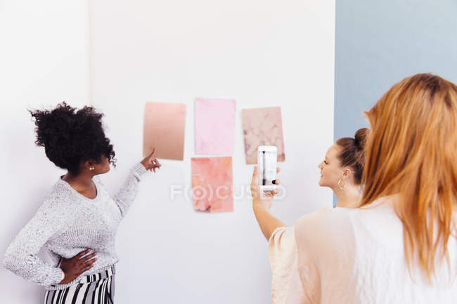 Three colleagues discussing swatches in creative studio — Stock Photo