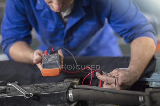Механік тестування автомобіль двигуна, ремонт гаража — стокове фото